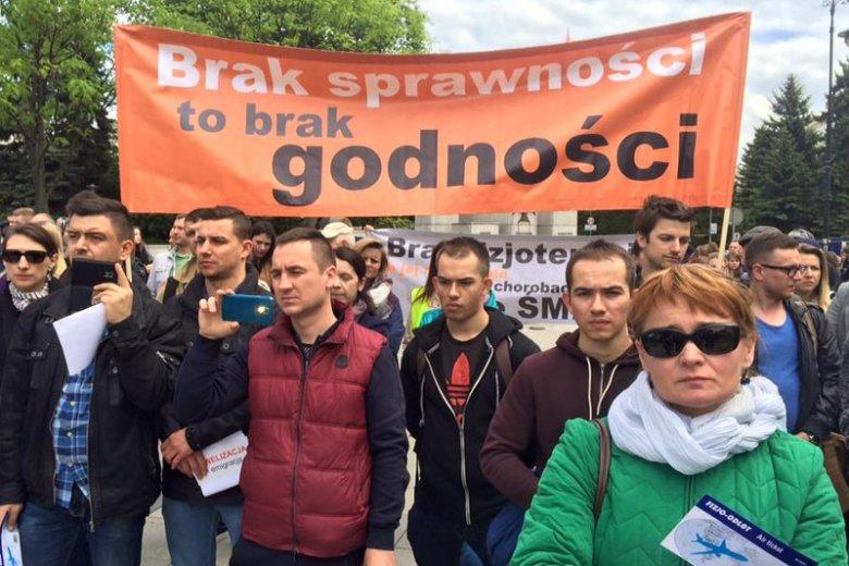 Fizjoterapeuci protestowali przed Sejmem przeciwko noweli ustawy o zawodzie fizjoterapeuty.