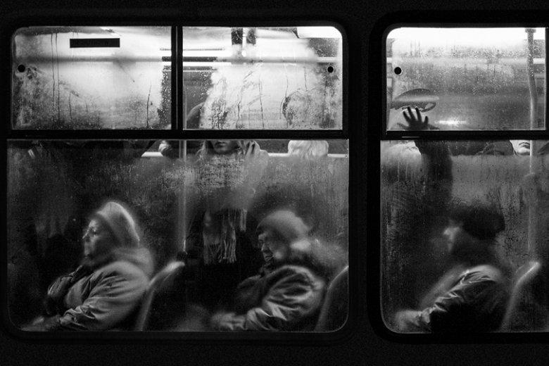 Dominik Śmiałowski jest autorem prawdopodobnie najdłuższego, zbiorowego portretu Warszawiaków. Przez dwie mroźne zimy fotografował ludzi podróżujących tramwajami po Moście Gdańskim.