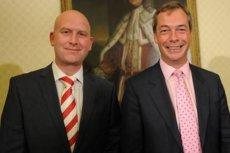 Paul Nuttall (z lewej) nowy przywódca antyunijnej partii na Wyspach z Nigel emFaragem. Ten ostatni przez kilka lat kierował partią. Złożył dymisję po swoim sukcesie – Brexicie.
