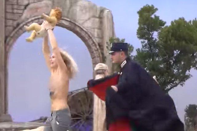 Członkini ruchu Femen ucieka z figurą watykańskiego Jezusa.