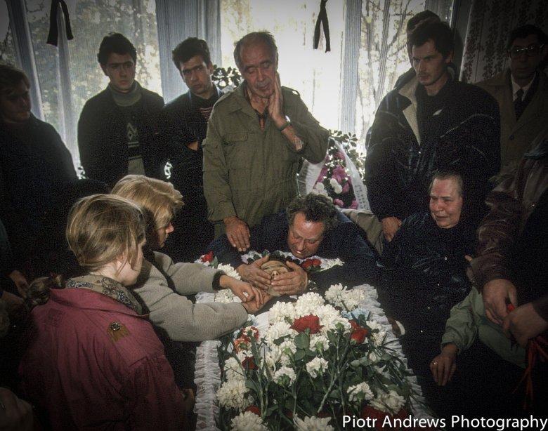 Rodziny milicjantów, którzy zginęli podczas ataku na Biały Dom w Moskwie, opłakują swoich bliskich.