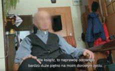 """Na zdjęciu jeden z duchownych, który po latach spotkał się ze swoją ofiarą. Kadr z filmu """"Tylko nie mów nikomu""""."""