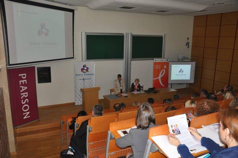 Prof. Michał Federowicz i prof.  Jolanta Choińska-Mika z Instytutu Badań Edukacyjnych rozpoczynają pierwszą sesję plenarną na konferencji Techniki Dobrej Edukacji