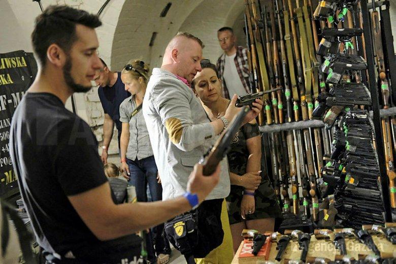 Politycy Kukiz'15, poseł Pięta i były prezydent Bronisław Komorowski chcą liberalizacji przepisów o dostępie do broni.