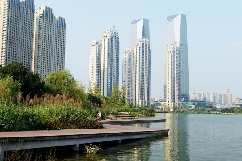 Nowe osiedla dla klasy średniej bardzo często powstają wokół wody, a jeśli nie, woda powstaje wokół nich.