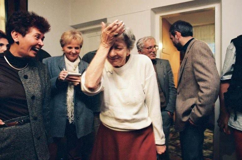 Wisława Szymborska dowiaduje się o przyznaniu jej literackiej nagrody Nobla.