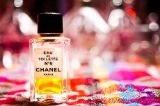 W świecie perfum każdy szczegół ma znaczenie. Nawet kolor flakonu, jak i to, w jaki sposób perfumy użytkujemy