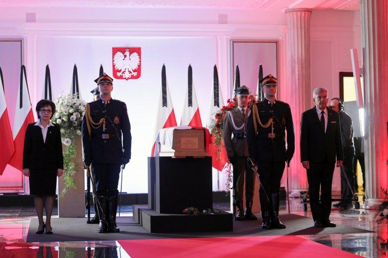Wprowadzenie do Sejmu trumny z ciałem Kornela Morawieckiego.