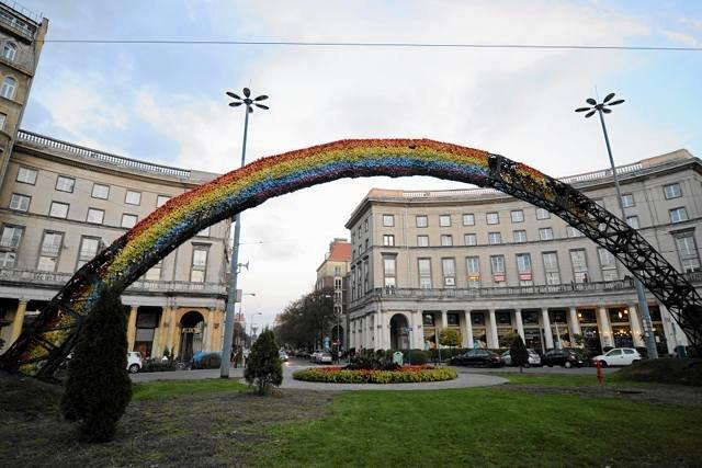 Tęcza na warszawskim placu Zbawiciela