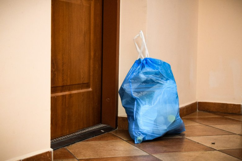 Śmieci na klatce schodowej to częsty widok w wielu polskich blokach.