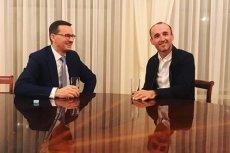 """Premier Mateusz Morawiecki po upublicznieniu taśm spotkał się z Robertem Kubicą. Uścisk dłoni i zapewnienie """"jedziemy dalej""""."""