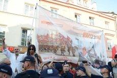 Obywatele RP na trasie przemarszu organizowanego przez ONR ulicami stolicy w 74. rocznicę wybuchu Powstania Warszawskiego.