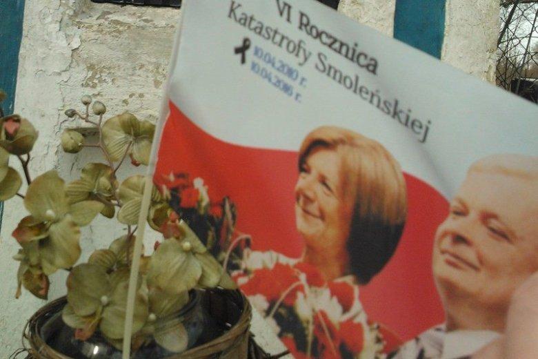 """Na szczęście flaga z kapliczki w Radziejowicach nie jest nowym symbolem narodowym, o którym dyskutują senatorowie. W niektórych przypadkach, aż prosi się o zastosowanie """"paragrafu""""."""