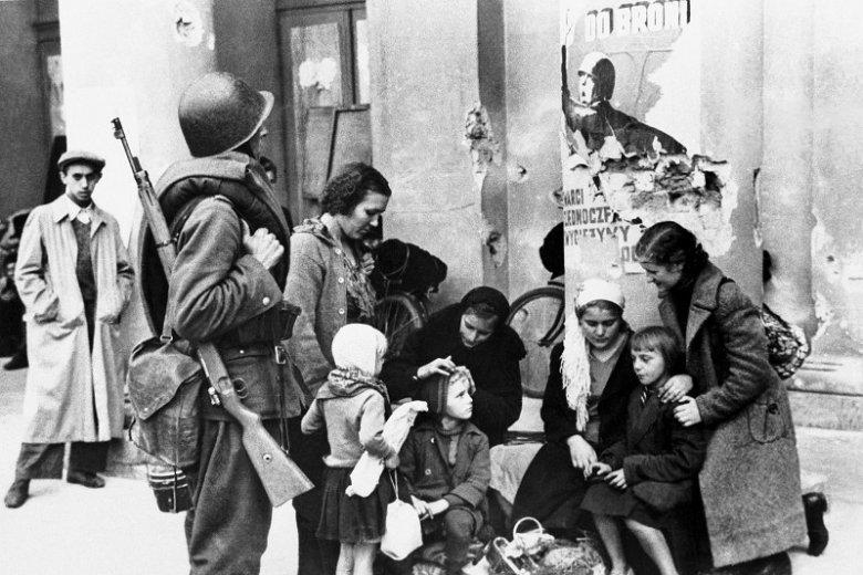 Rodzina i polski żołnierz koło kolumny Opery w oblężonej Warszawie we wrześniu 1939