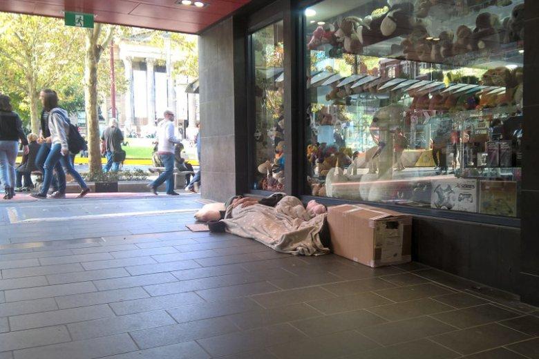 Bezdomni w Melbourne. To plaga tego australijskiego miasta.