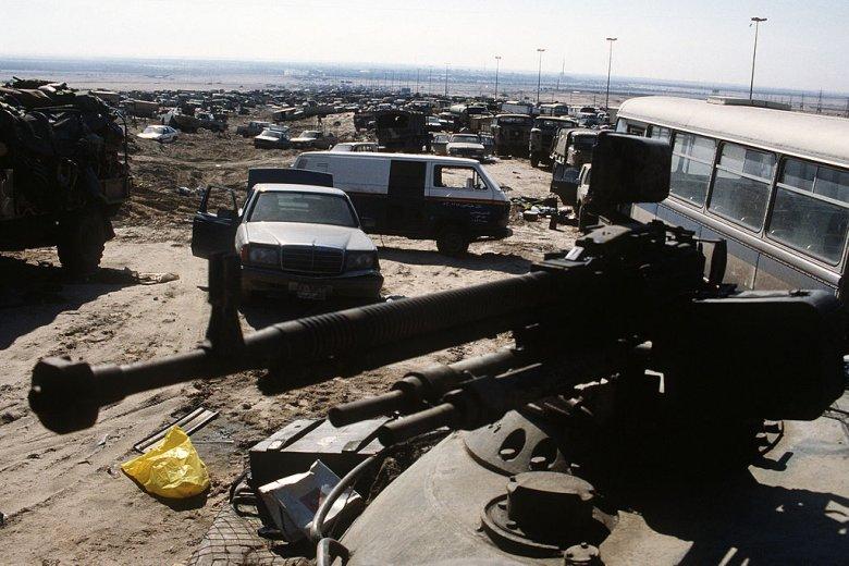 W czasie akcji zbombardowano też cywilne pojazdy