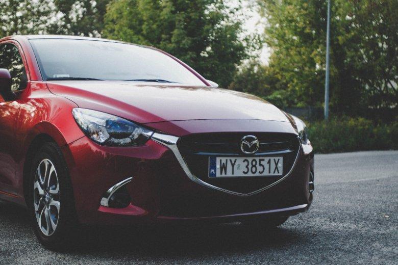 Mazda 2 to ładne i kompaktowe miejskie auto.