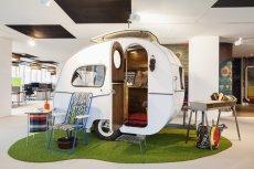 Kameralna sala konferencyjna w odnowionej przyczepie campingowej. Bo czemu niby nie?