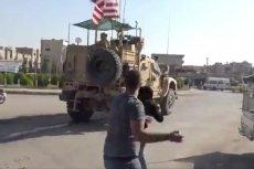 Kurdowie pożegnali odjeżdżających z Syrii Północnej Amerykanów kamieniami i pomidorami.