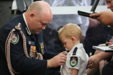Media obiegło wzruszające zdjęcie z pogrzebu australijskiego strażaka. Jego synowi przypięto do strażackiej koszuli pośmiertne odznaczenie dla taty.