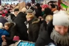 Szykują się nieprzebrane tłumy w związku z Black Weekendem w Lidlu i Biedronce.