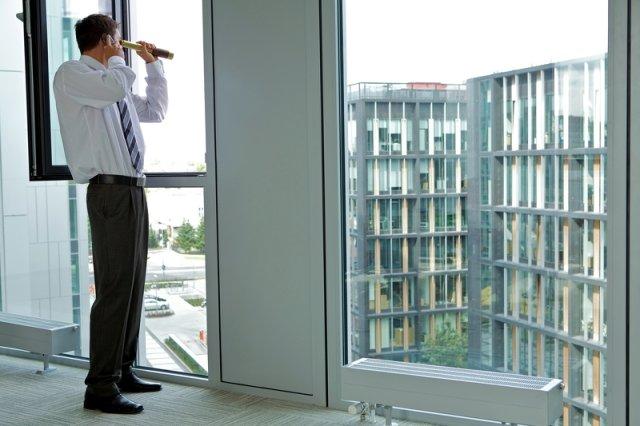 A może obok Ciebie siedzi szpieg? Dyrektor, asystentka, sprzątaczka - niemal każdy może być agentem konkurencji [Wywiad]