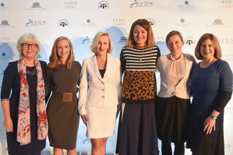 Celem inicjatywy jest pomoc kobietom. Na zdjęciu m.in. (z lewej) Urszula Nowakowska – Prezeska Centrum Praw Kobiet i Zuzanna Rudzińska-Bluszcz – Główna Koordynatorka ds. strategicznych postepowań sądowych w Biurze RPO