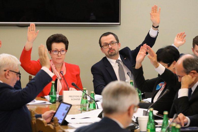 Posiedzenie sejmowej Komisji Nadzwyczajnej do rozpatrzenia projektów ustaw z zakresu prawa wyborczego. Na zdjęciu przewodnicząca komisji Anna Milczanowska (PiS) i wiceprzewodniczący Marcin Horała (PiS).