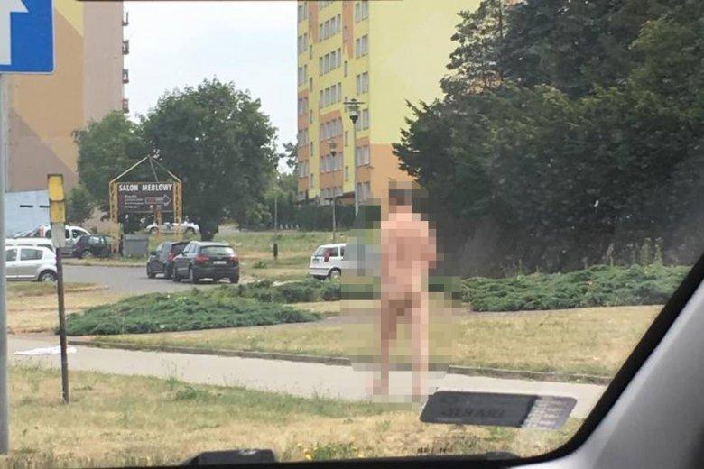 Nagi mężczyzna spacerował w Piotrkowie Trybunalskim