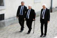 Jarosław Kaczyński musi przejść operację, ale przeciąga ją w czasie.
