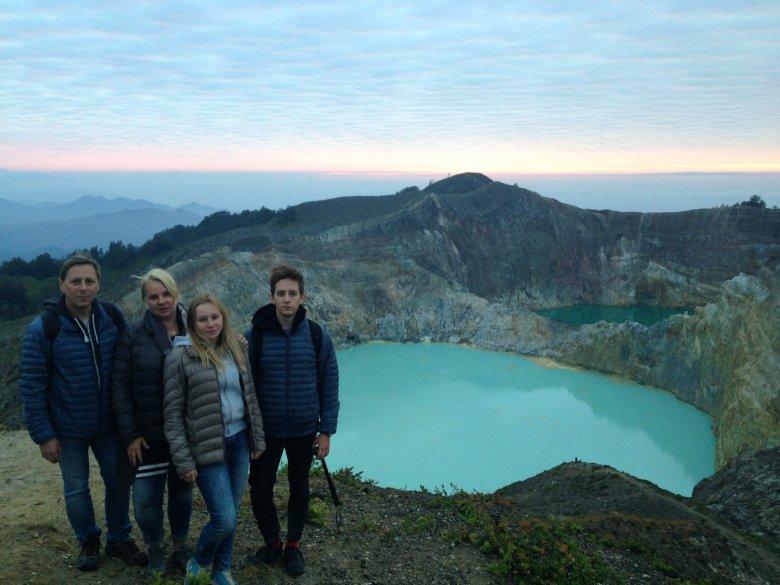Tuż po wschodzie słońca. Jeziora Kelimutu, Flores, Indonezja.