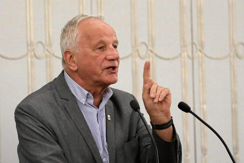 Senator Jan Rulewski twierdzi, że po obniżce pensji senatorów decyzją Jarosława Kaczyńskiego zarabia za mało, by stać go było na wyjazd do Chin.
