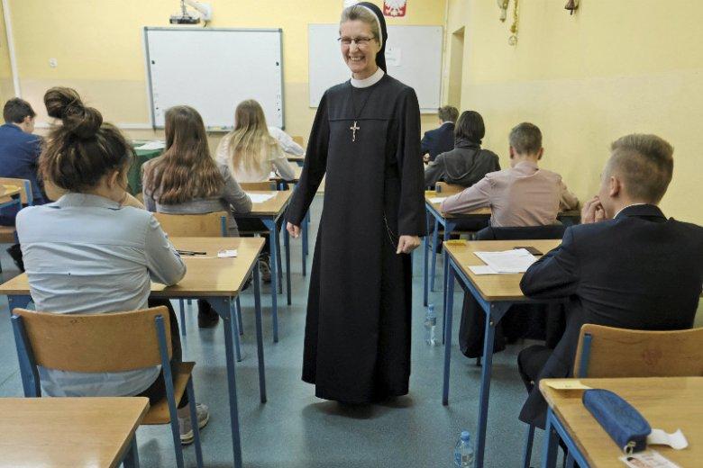 Egzamin w jednym z poznańskich gimnazjów. Osoby duchowne pomogły w przeprowadzeniu egzaminów w związku ze strajkiem nauczycieli.