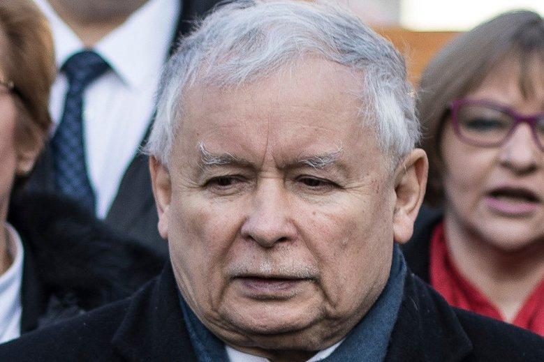 Jarosław Kaczyński wyszedł po długim pobycie z warszawskiego szpitala. To jednak nie koniec leczenia chorego stawu