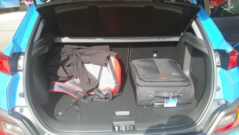 Bagażnik nie jest ogromny, ale 3-4 osobowej rodzinie powinien wystarczyć.