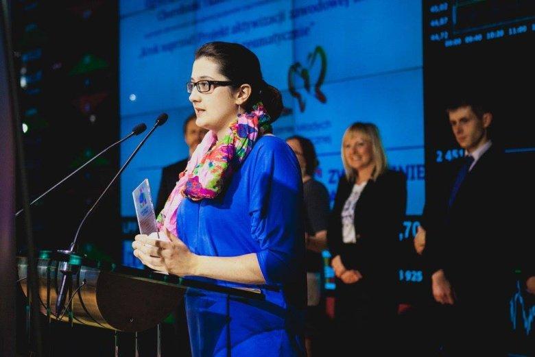 Marta Kotarba-Kańczugowska - koordynator Projektu odbiera grant na jego realizację w ramach konkursu Zwyczajnie Aktywni.