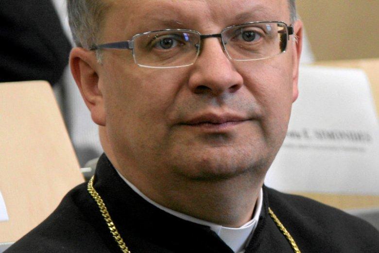 Biskup Andrzej Czaja z Opola krytykuje rząd PiS.