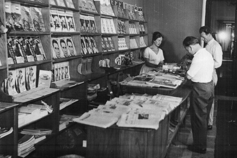Czytelnia w krakowskiej Nowej Hucie, rok 1954