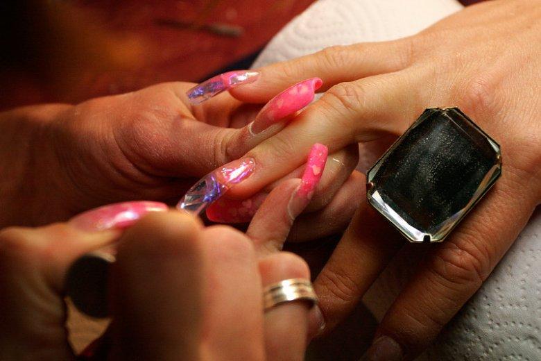 Wirusem HCV można zakazić się u kosmetyczki, jeśli ta nie przestrzega rygorystycznie zasad higieny.