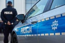 Czteroletni chłopiec usiadł za kierownicęsamochodu i zwolnił ręczny hamulec.