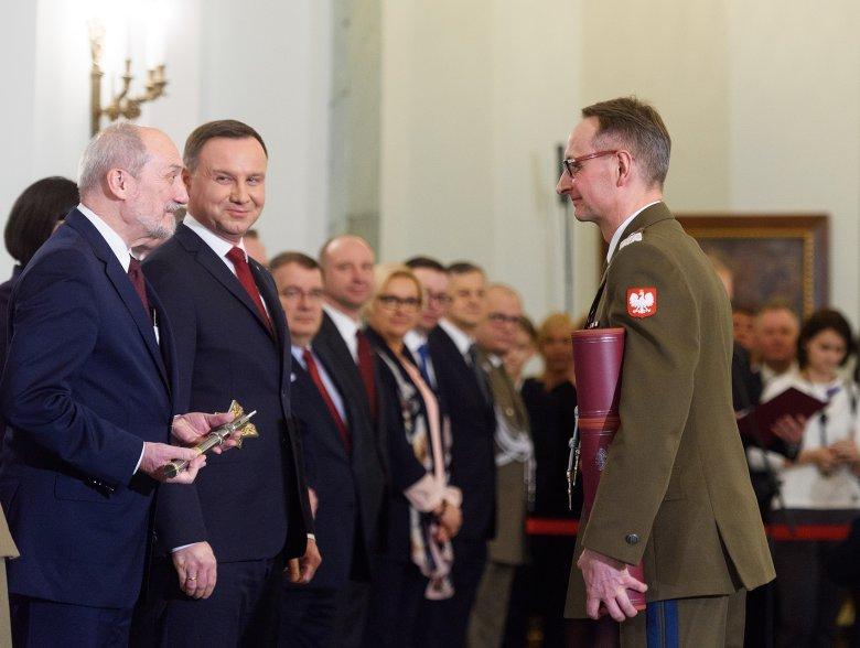 Prezydent Andrzej Duda mianował Grzegorza Gieleraka na generała dywizji, a Antoni Macierewicz, ówczesny szef MON uhonorował buzdyganem