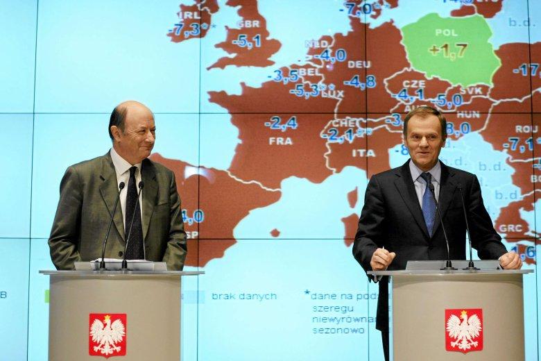 Minister finansów Jacek Rostowski i premier Donald Tusk podczas konferencji prasowej na temat polskiego wzrostu gospodarczego, 2009 rok.