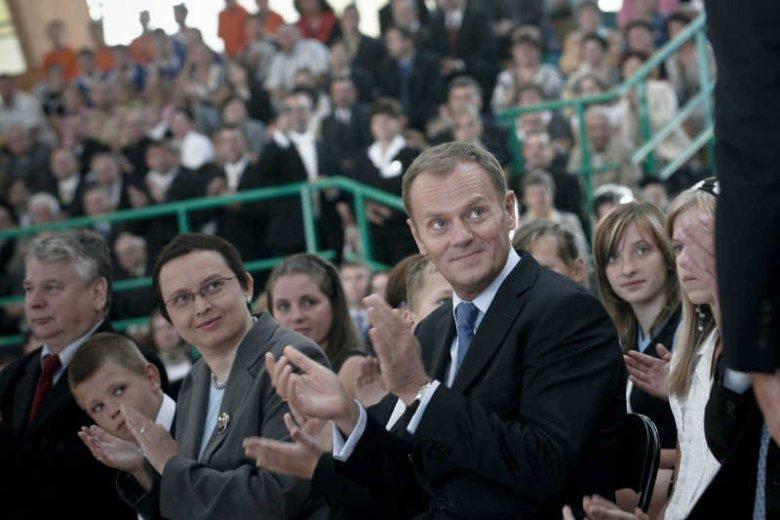 Donald Tusk zapewnił, że do września 2014 roku pojawi się darmowy podręcznik do pierwszej klasy. Na zdjęciu z Katarzyną Hall, byłą minister edukacji.