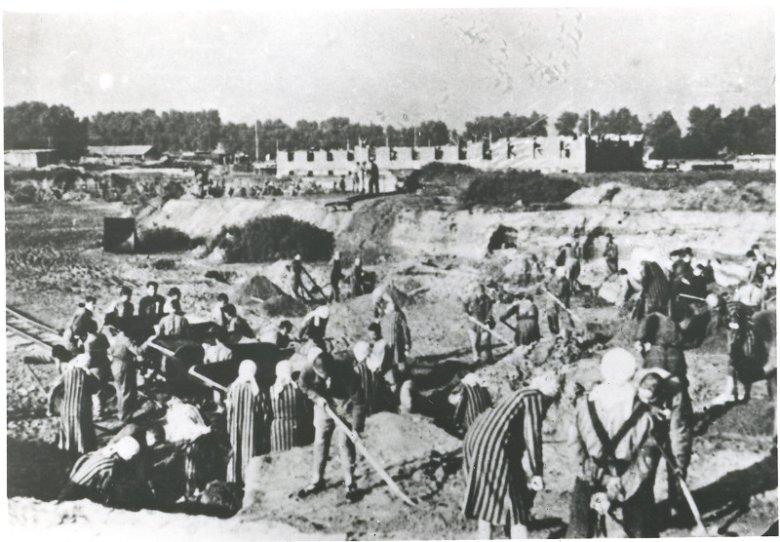 Więźniarki podczas pracy w obozie