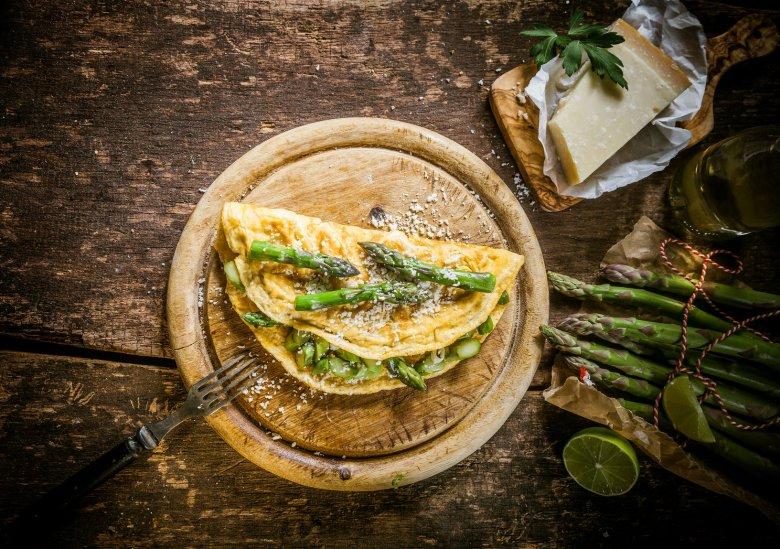 W sam raz na szybkie i zdrowe śniadanie: omlet ze szparagami i szynką. Można także podać z podsmażonymi pomidorkami koktajlowymi.