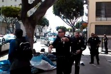 Po zastrzeleniu bezdomnego część świadków zaczęła protestować przeciwko brutalności policji