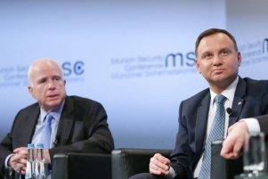 Duda spotkał się z McCainem, bo wiceprezydent Pence go zignorował. Siemoniak: Zaczynamy grać w drugiej lidze