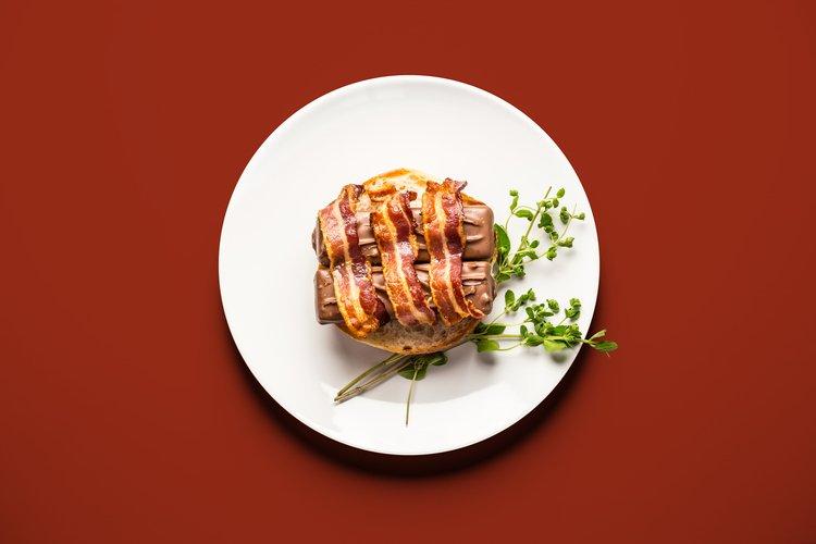 Burger z batonikami i bekonem