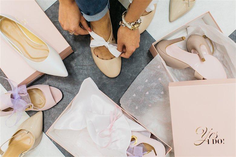 Wszystkie buty marki Yes, I do mają charakterystyczne różowe podeszwy i są elegancko zapakowane.