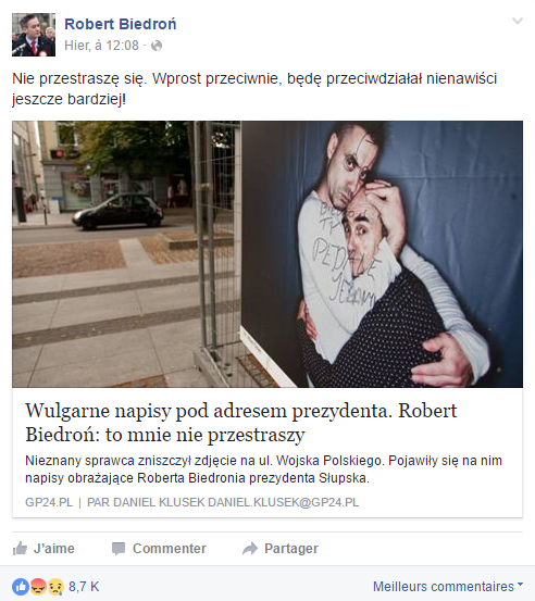 """Słupsk. Na plakacie przedstawiającym obejmujących się aktorów - ojca i syna - ktoś napisał """"Biedroń, ty pedale je***y!""""."""